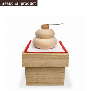 Mirror-shaped mochi (small) with stand / Mirror-shaped mochi : Gingko nut , Diameter 7× Height 4 cm / Orange : Japanese zelkova , Diameter 2.5 × Height 2 cm / stand : Paulownia tomentosa , Width 10 × Depth 10 × Height 7 cm / ¥6,600 (including tax)